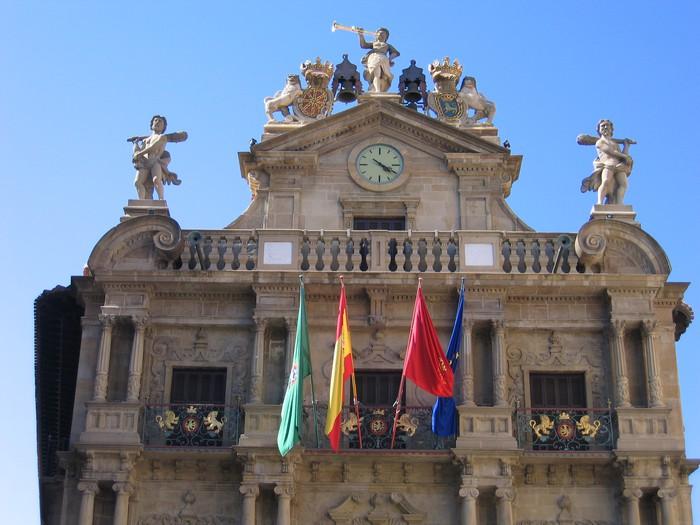 """Iruñea zigortu dute erregearen erretratua eta Espainiako bandera """"lehentasunezko tokian"""" ez ipintzeagatik"""