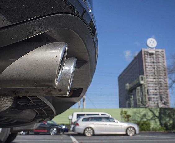 Volkswagenen itzala sektore osora hedatzen ari da, araudi biguna lagun
