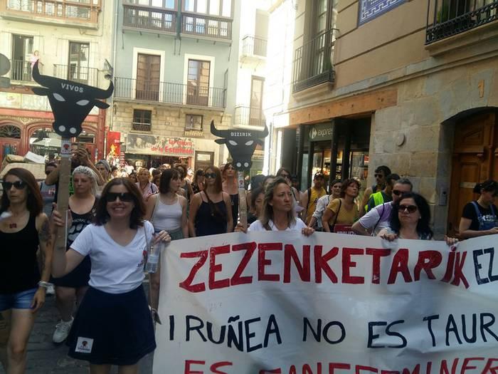 Zezenketen kontrako manifestazioa San Ferminen atarian