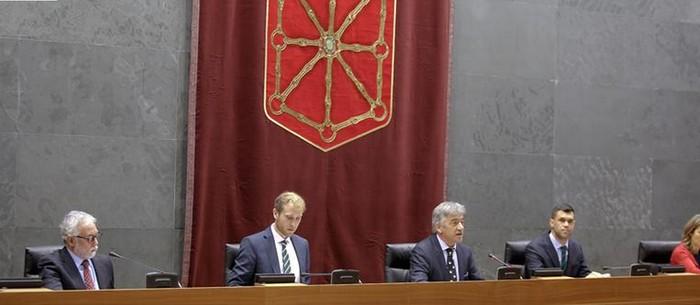 Koldo Martinezek dio gaztelaniazko gidoia galdu zuelako aritu zela euskara hutsean Parlamentuan