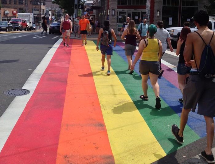 Iruñeak LGTBIQ+ banderaren koloreekin margotuko du zebrabide bat