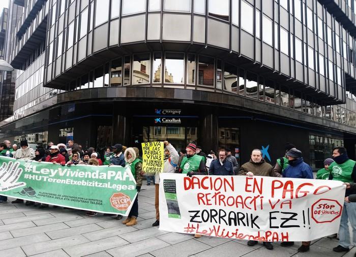 Etxea emanda zorra kitatzeko atzeraeraginezko legea aurkeztu du Plataformak Espainiako Kongresuan