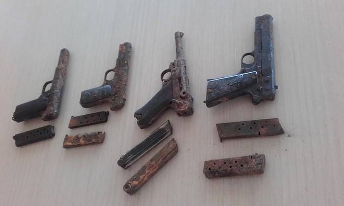 Gerra Zibileko lau pistola aurkitu dituzte Bidasoa ibaian