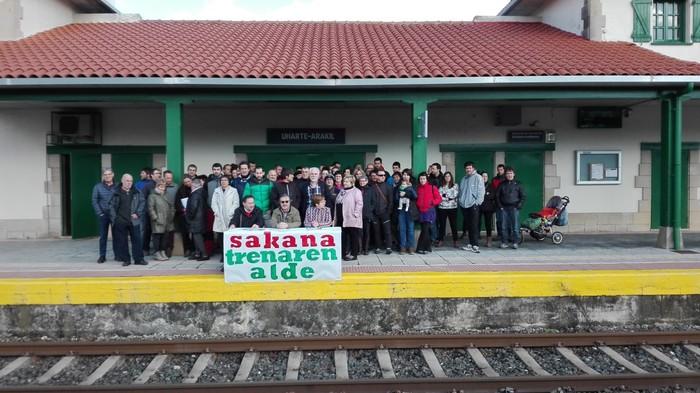 Tren sozialaren aldeko apustua egin dute Sakanako herritarrek parlamentuan