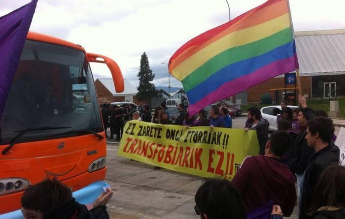 Bus transfoboaren aurka protesta egiteagatik isunak jaso dituzte hainbat herritarrek