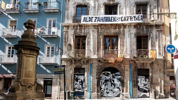 Memoria historikoa ETArekin nahastea egotzi diote Maravillas gaztetxeari