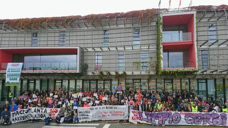 Iruñerriko hondakin planta berriaren aurka manifestatu dira zientoka jende Noainen