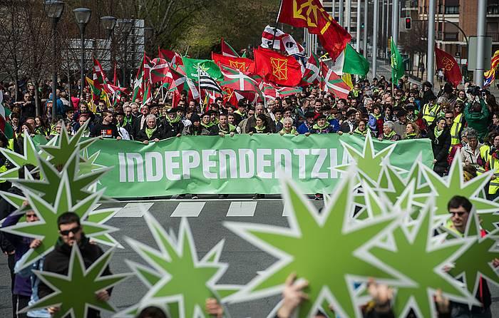 """Independentistak sareak """"joko taktikoak"""" utzi, eta independentziarantz urratsak egitera deitu ditu alderdiak"""