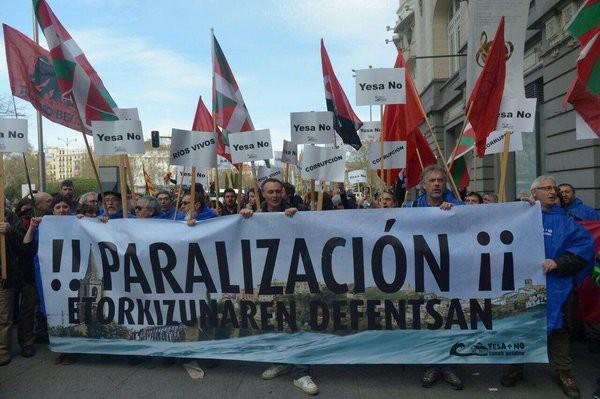 Esa urtegiaren handitzearen aurka protesta Madrilen