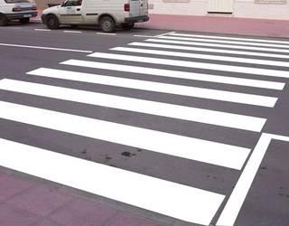 Gizon bat larri zauriturik Iruñean, auto batek zebrabide batean harrapatuta