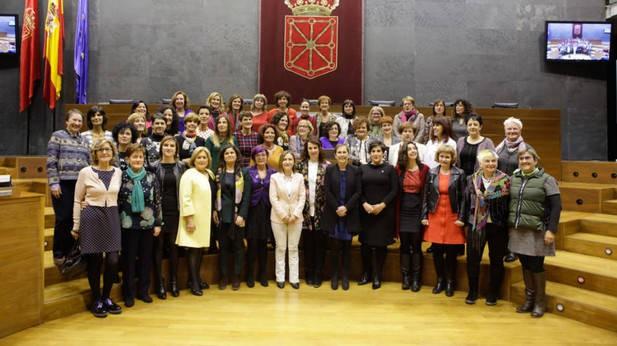 Parlamentario izaniko 98 emakumeei omenaldia egin diete Parlamentuan