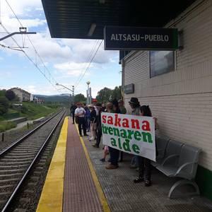 Tren sozialaren alde geltokiak aldarrikapenez bete dituzte Sakanan