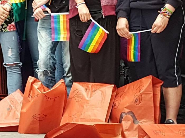 Parlamentuak aho batez gaitzetsi du Iruñerrian izandako eraso transfoboa