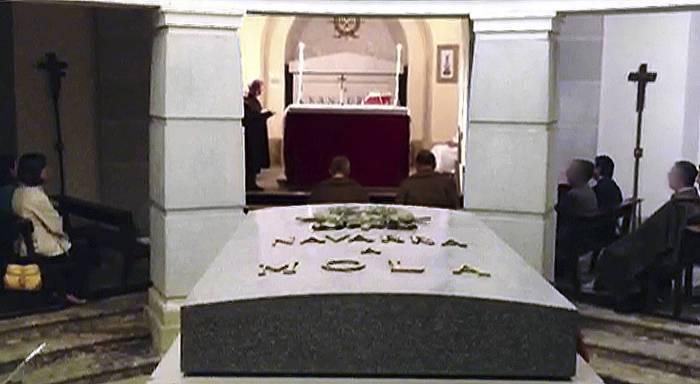 Erorien monumentuan ezkutuko grabaketak egiteagatik urtebeteko espetxe zigorra ezarri diote Clemente Bernard dokumentalistari