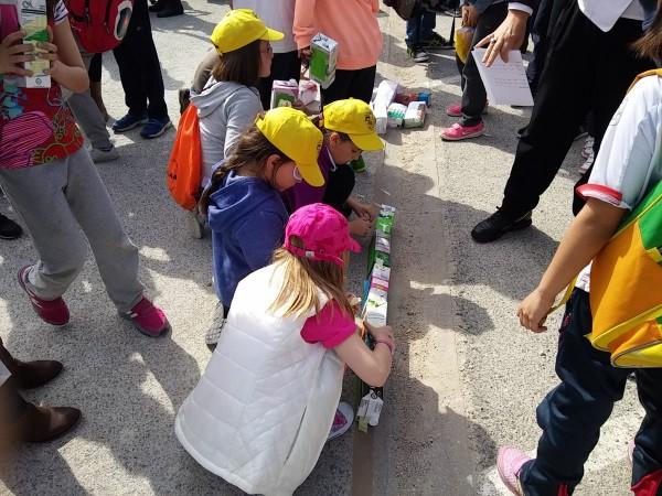 Sarrigurengo haurrek eskola berria eraiki dute kartoizko kutxekin