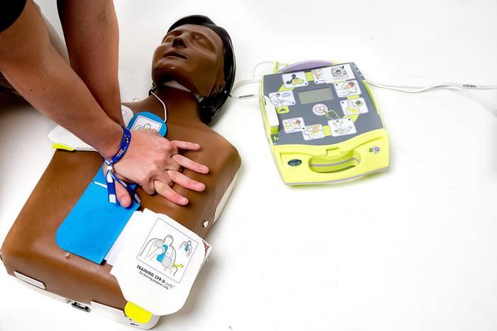 Iruñeko Udalak desfibriladoreak paratuko ditu hamalau kirolgunetan