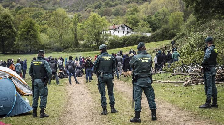 600 euroko isuna jarri die Guardia Zibilak bi kazetariri, Aroztegiaren aurkako irudiak hartzeagatik