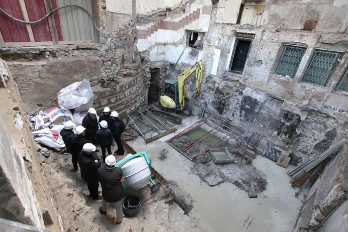 Gazteluko plazako ondare arkeologikoa mantentzeko asmoa azaldu dute Iruñeko Udalak eta obra sustatzaileak