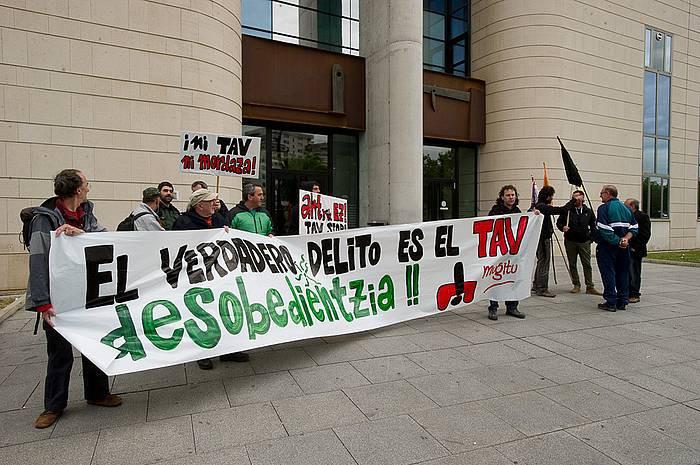 Bi pertsona epaitu dituzte AHTaren aurka protesta egiteagatik