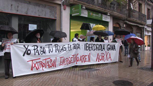 Protesta Iberdrolaren egoitzan energiaren prezioaren gehiegikeria salatzeko