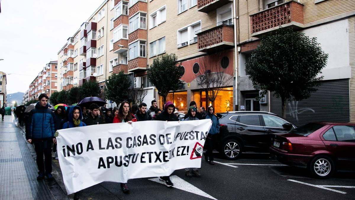 Berriozarren apustu etxeen kontrako manifestazioa egin dute