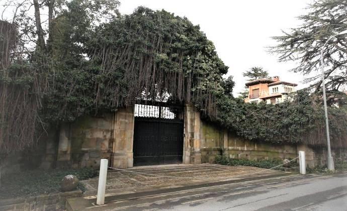 Iruñeko Udalak ikertuko du zergatik dagoen udaletxeko 1752ko ate barroko bat Villa Adrianan