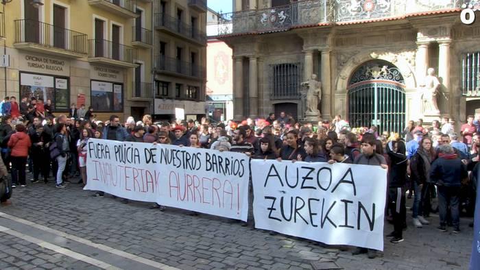 AZ Ekimenak elkartasuna adierazi die Iruñeko inauterien harira deklatzera deitutako gazteei