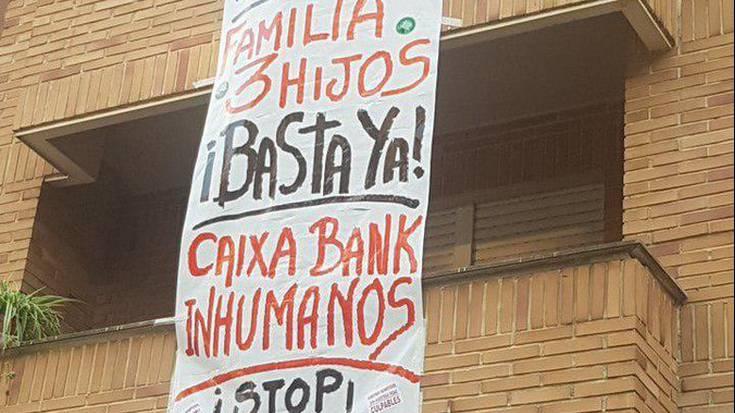 Familia bat etxetik bota nahi du Caixa Bank bankuetxeak Atarrabian