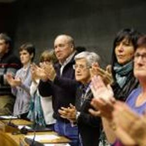 Emakume torturatuen testigantzak, parlamentuan