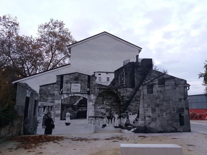 Garbitzaileen omenezko murala margotu du Iruñeko Udalak Arrotxapean